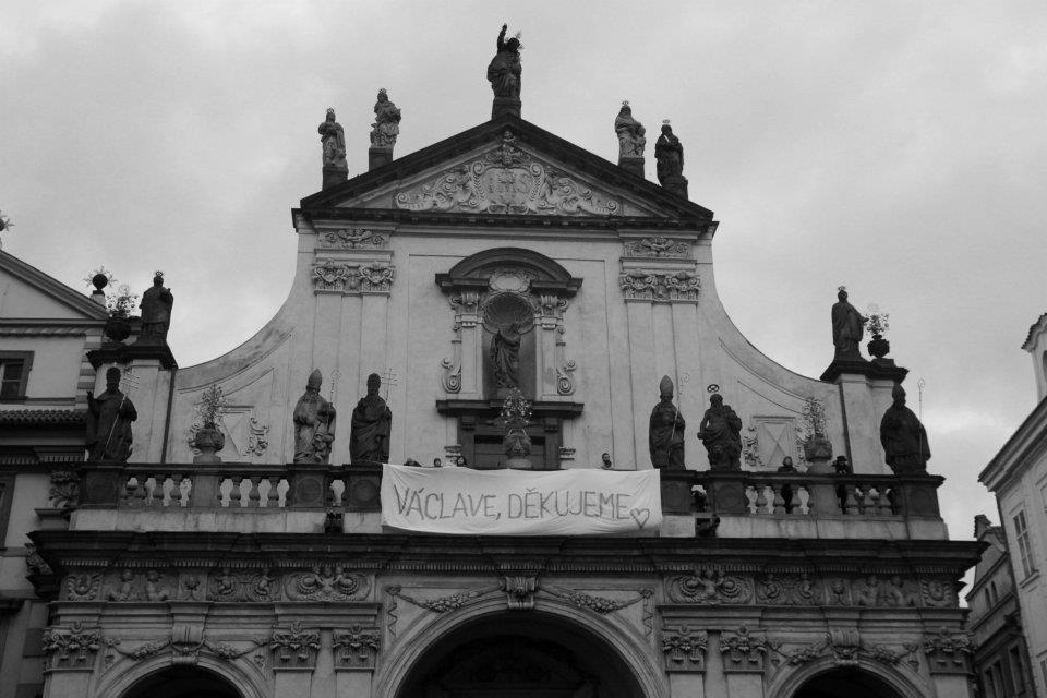 Na kostele svatého Salvatora na Starém Městě se objevil transparent s loučením s prezidentem Havlem - Foto: Eugen Kukla