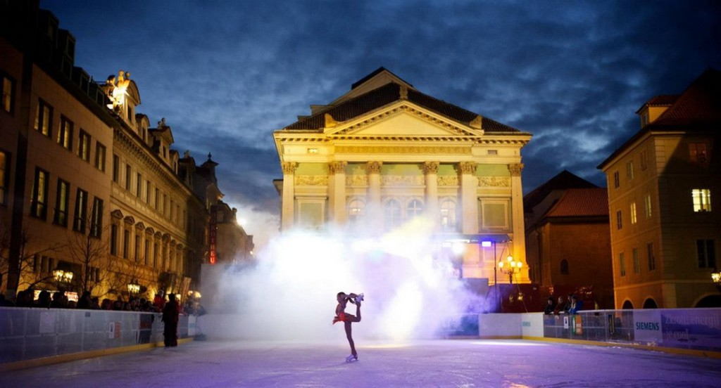 Impozantní kulisu kluziště na Ovocném trhu tvoří budova Stavovského divadla.