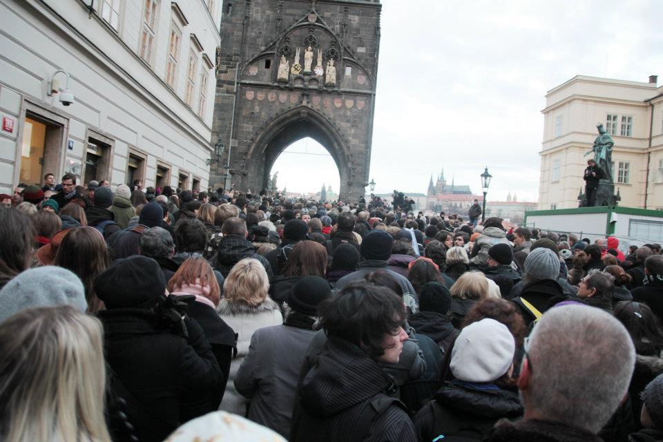 Smuteční průvod zamířil z Liliové ulice na Karlův most - Foto: Eugen Kukla