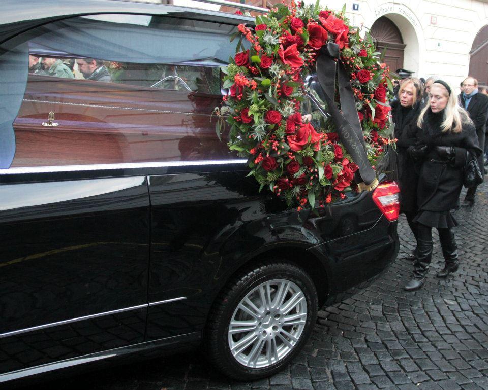 Pohřební vůz překročil Karlův most a zamířil na Pražský Hrad - Foto: Eugen Kukla
