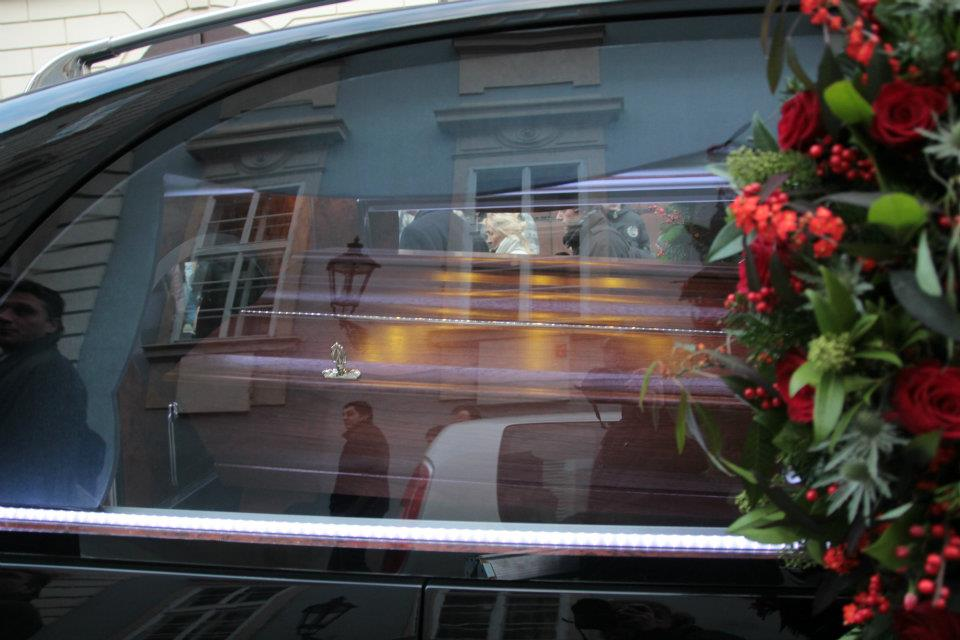 Rakev s tělem prezidenta byla doprovázena na poslední cestě desetitisíce lidmi - Foto: Eugen Kukla