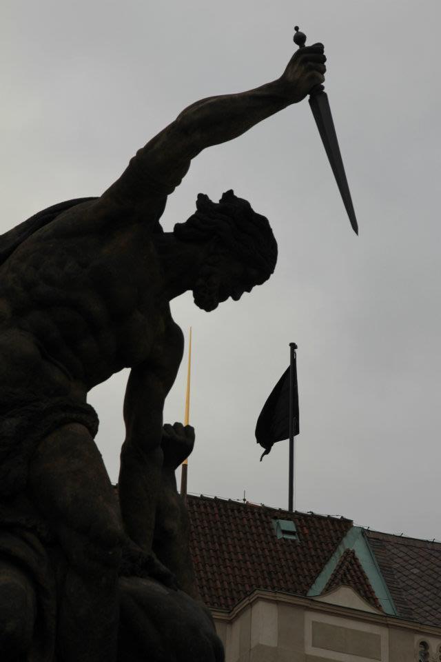 Na Pražském Hradě zavlála černá vlajka - Foto: Eugen Kukla