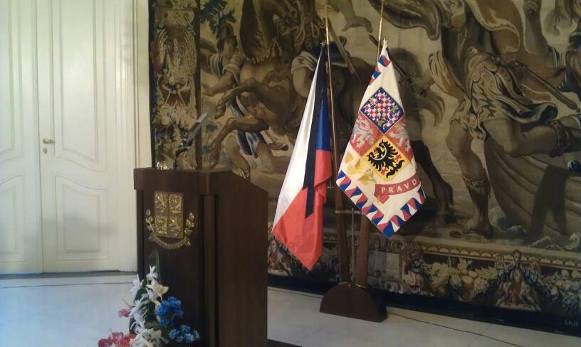 Na prezidentskou standartu byla umístěna černá stuha - Foto: Eugen Kukla