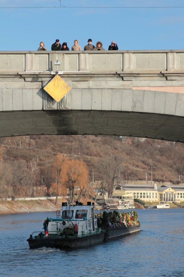 Loď odváží květiny po Vltavě do Děčína - Foto: Eugen Kukla
