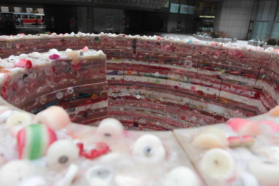 Z vosku, který zůstal na ulicích po svících, které lidé zapalovali k uctění památky Václava Havla, bylo vyrobeno srdce, které stálo na piazzetě Národního divadla - Foto: Eugen Kukla