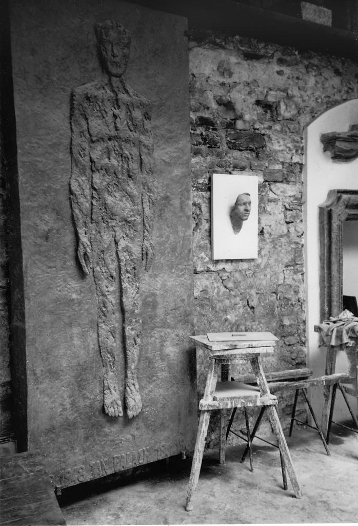 Ateliér Olbarama Zoubka se sádrovým modelem náhrobku a posmrtnou maskou Jana Palacha, 1970
