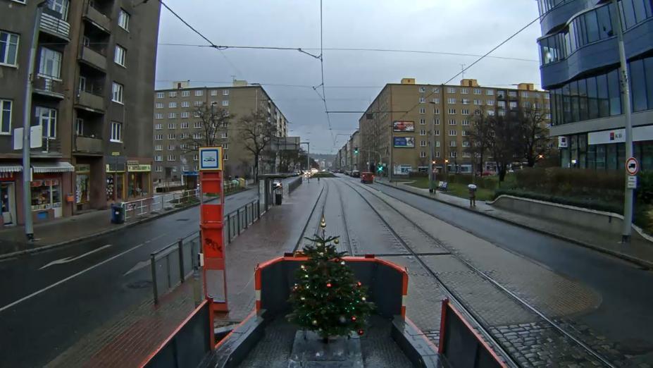 Pohled na vánoční stromeček, umístěný v zadní části mazací tramvaje - Zdroj: Slow TV