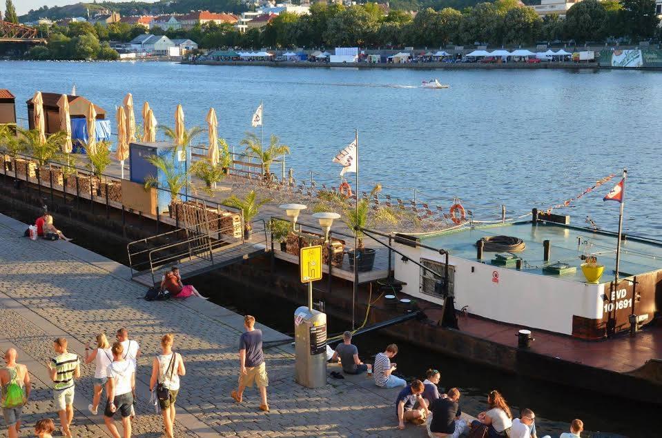 Ukotvené lodě zároveň fungují jako restaurace a kluby - Foto: Sonia Riegerová