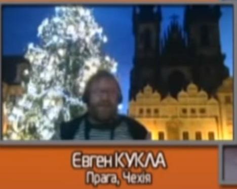 Eugen Kukla reportuje ze Staroměstského náměstí do televizního kanálu Kijev. Repo. Telekanal Kijev
