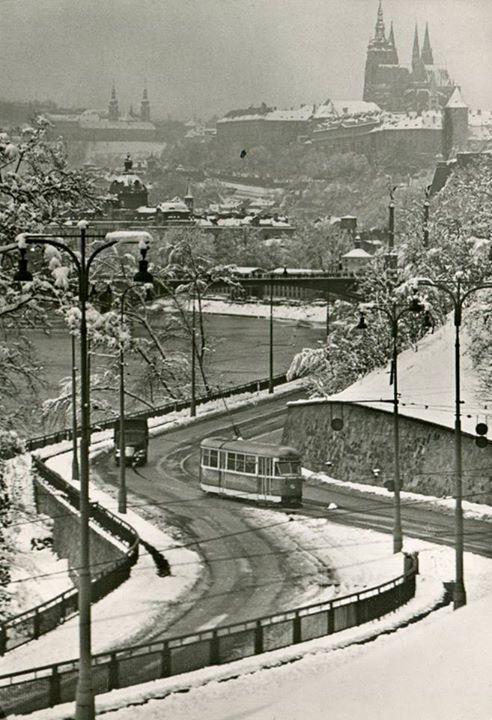 Zimní jízda Prahou v 50. letech. Na fotografii vidíme tramvaj typu T1.