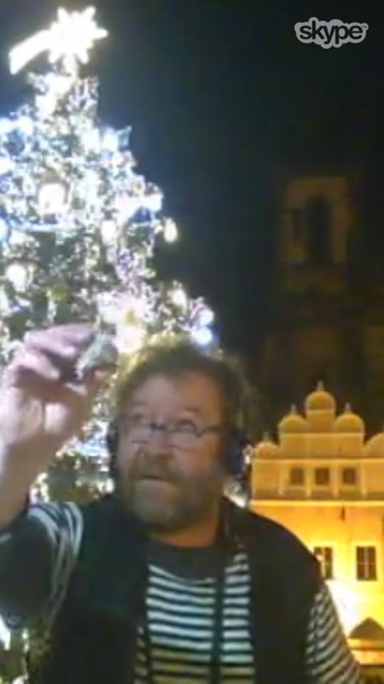 Eugen Kukla ukazuje Kyjevanům kokosovou kuličku, kterou jeho rodina tradičně pojídá na Vánoce