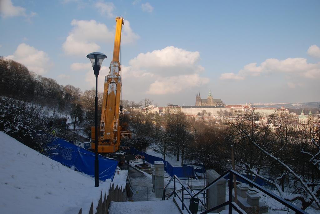 Druhý největší jeřáb v České republice usazuje nosníky nového železobetonového mostu v opravované stanici Nebozízek - Foto: Archiv DPP