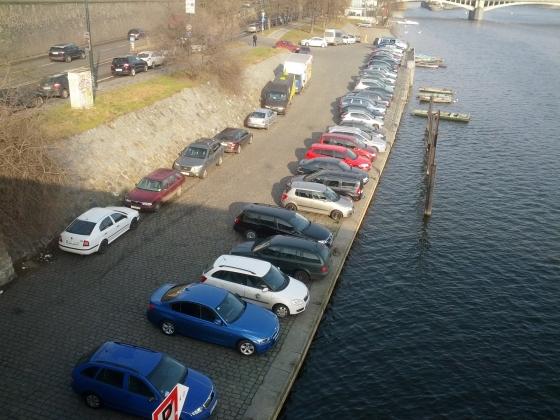 Spíše než promenádu teď levý břeh Vltavy připomíná parkoviště. - Foto: Institut plánování a rozvoje hlavního města Prahy
