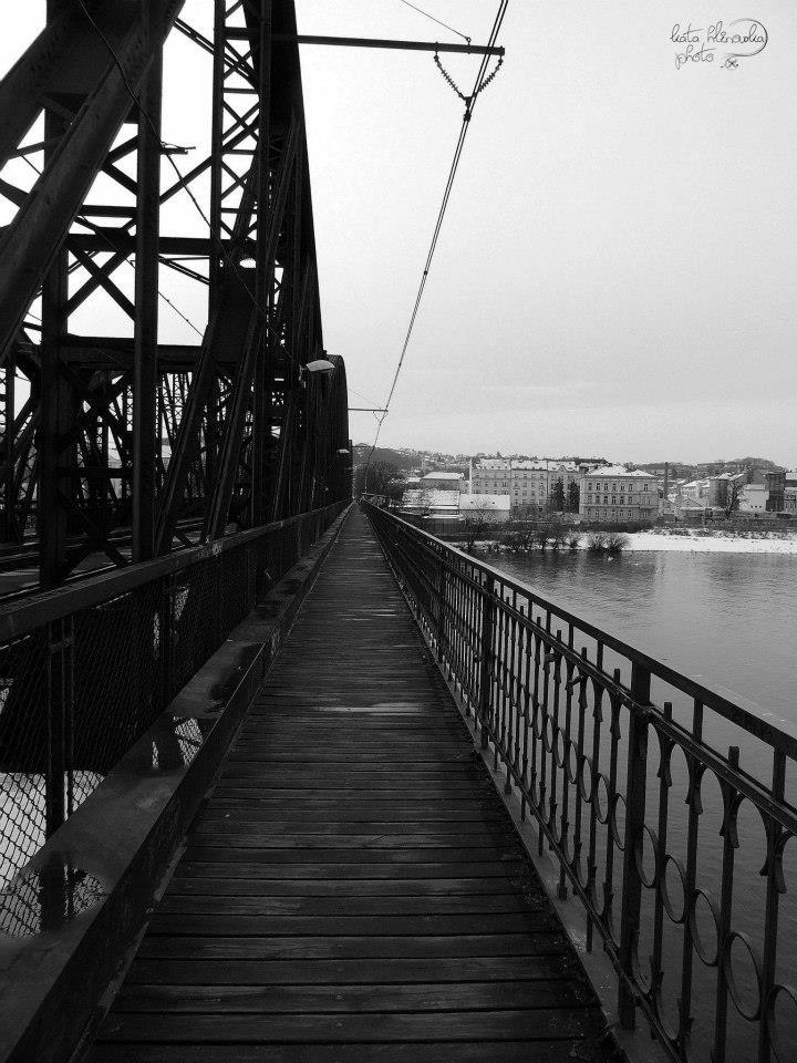 I dnes slouží lávka na železničním mostě chodcům a cyklistům. Vyhnout se na ní je však velmi obtížné. Navíc chybí možnosti bezbariérového přístupu na most. - Foto: Káťa Hlinovská
