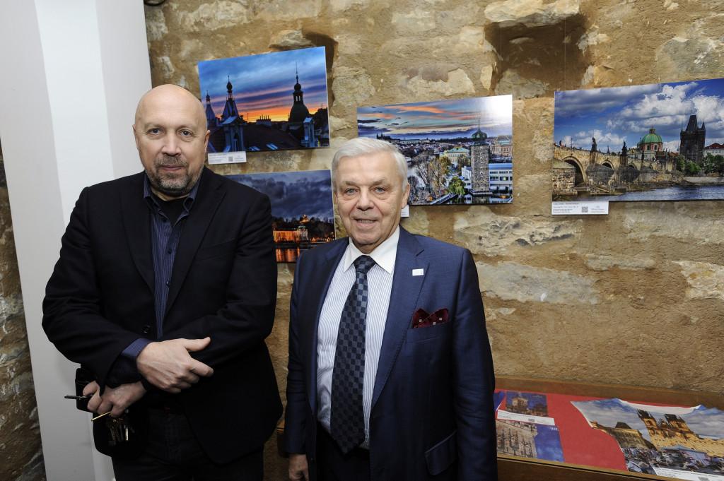 Oldřich Lomecký a Karel Dobeš stojící před svými fotografiemi - Foto: Praha 1