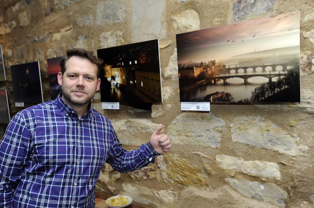 Charlie Fotograf před svými snímky - Foto: Praha 1