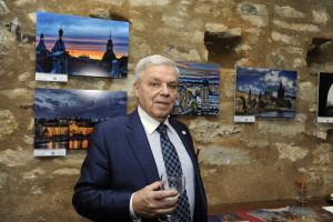 Karel Dobeš a jeho vystavované fotografie - Foto: Praha 1