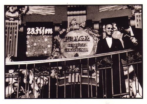 Členové Depeche Mode na ochozu Fantovy kavárny na Hlavním nádraží - Foto: Anton Corbijn (1988)
