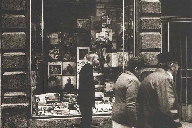 Dppeche Mode před obchodem s gramodeskami - Foto: Anton Corbijn (1988)