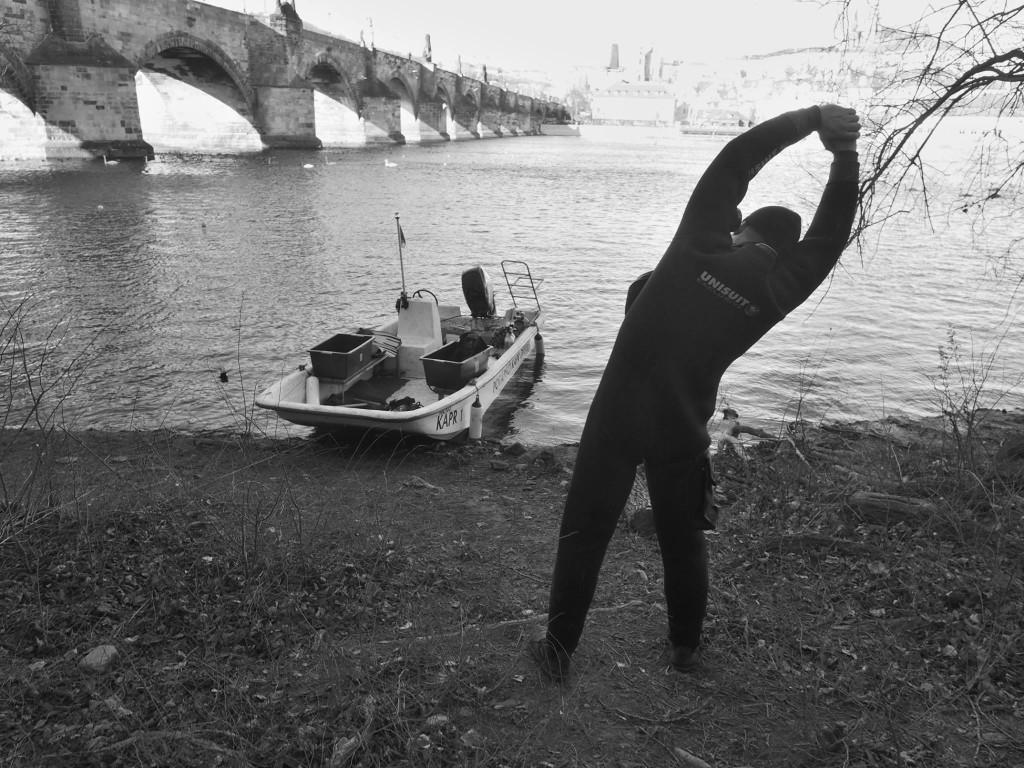 Do práce! Dokumentování základů pilířů zaniklého Juditina mostu. Praha 22.II.2016. - Foto: Eugen Kukla