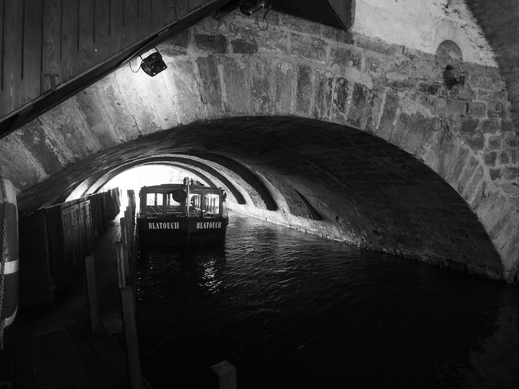 Zachovalý oblouk Juditina mostu pod klášterem Křižovníků. Praha 22.II.2016. - Foto: Eugen Kukla