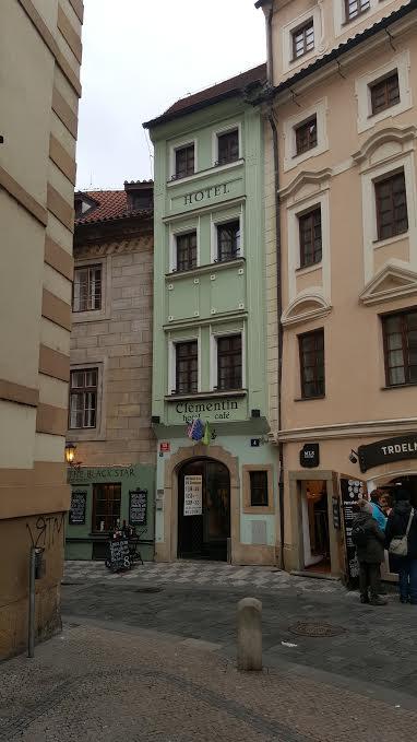 Nejužší hotel v pražské Seminářské ulici je šíroký jen tři metry. - Foto: David Černý