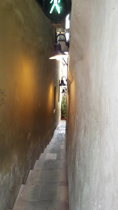 Nejužší ulička vedoucí z ulice U lužického semináře k ústí Čertovky - Foto: David Černý
