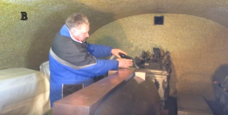 Luxování sarkofágu císaře Karla IV. v kryptě katedrály svatého Víta. - Foto: repro z videa Jaroslav Mareš - badatele.net