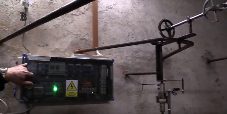 Počítač, který řídí běh věžních hodin - Foto: Repro z videa Jaroslava Mareše - Badatele. net