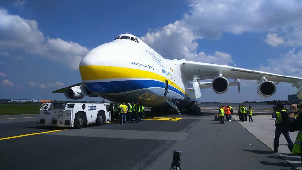 Největší letadlo světa ukrajinská Mrija na postoji na Letišti Václava Havla - Foto. Petr Kuly