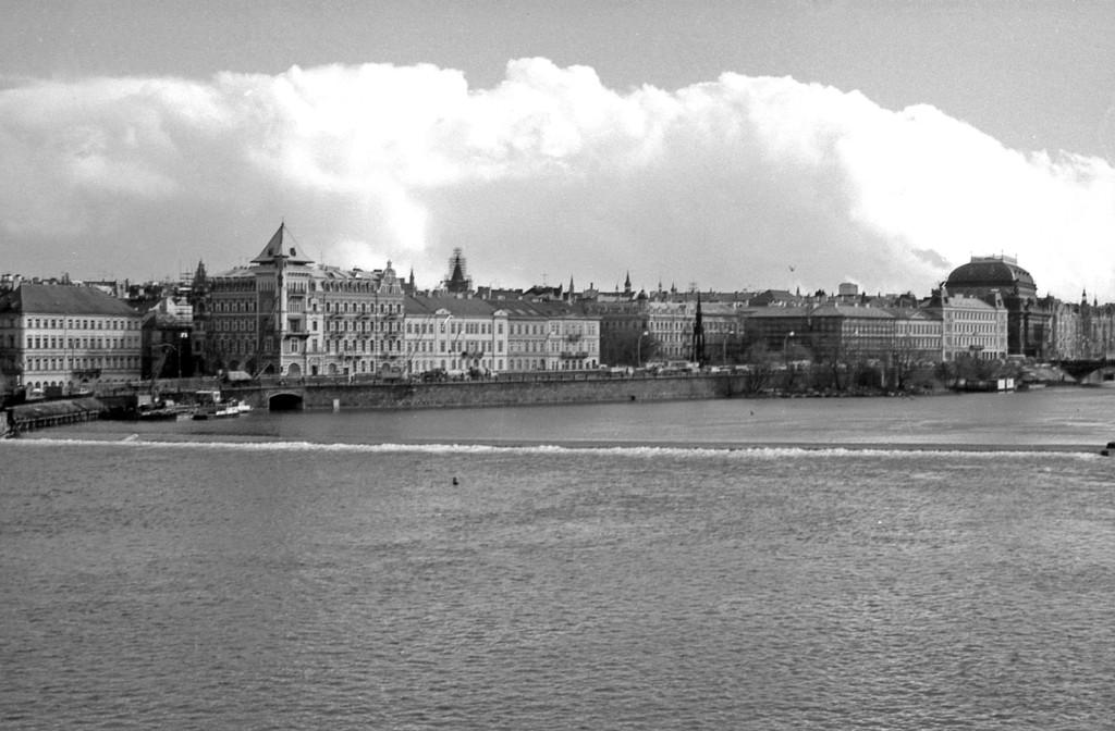 Pohled k pravému břehu Vltavy; 1981 - Foto: Miroslav Fapšo