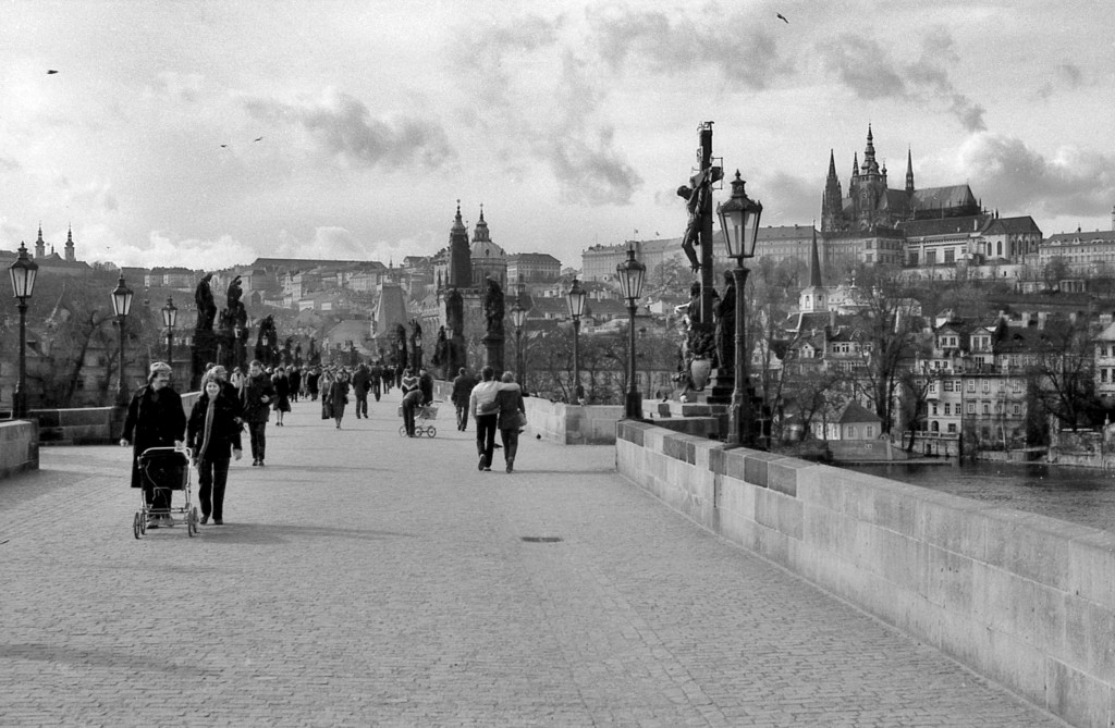 Panorama Pražského hradu z Karlova mostu; 1981 - Foto: Miroslav Fapšo
