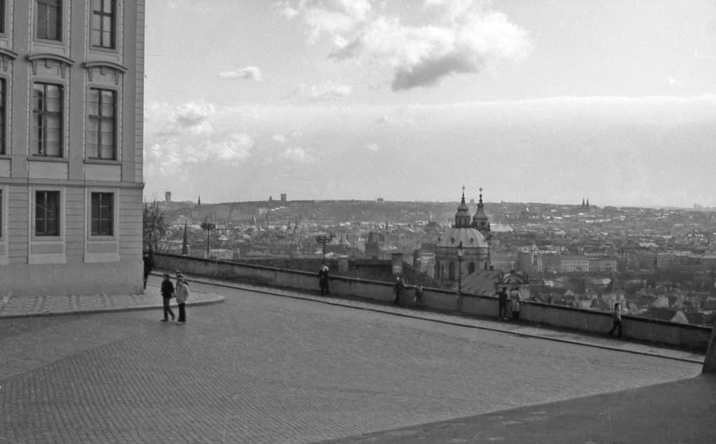 Praha z Hradčanského náměstí; 1981 - Foto: Miroslav Fapšo