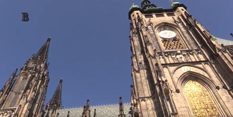 Ruce řemeslníků mají paradoxně víc práce na té novější části katedrály než na té středověké. Ta středověká je totiž postavení z tvrdšího pískovce. Foto: Jaroslav Mareš - badatale.net