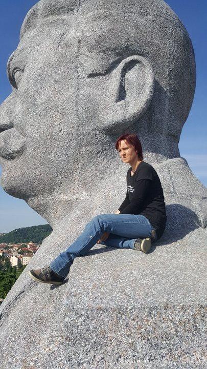 Autorka repliky Eva Zimová sedí na Stalinově rameni - Foto: David Černý - MilujuPrahu.cz