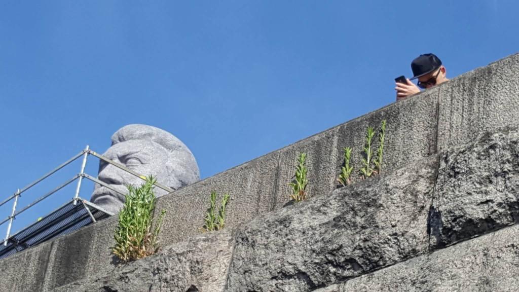 Obří hlava generalissima Stalina na pár dní opět vykoukla nad Prahou - Foto: David Černý - MilujuPrahu.cz