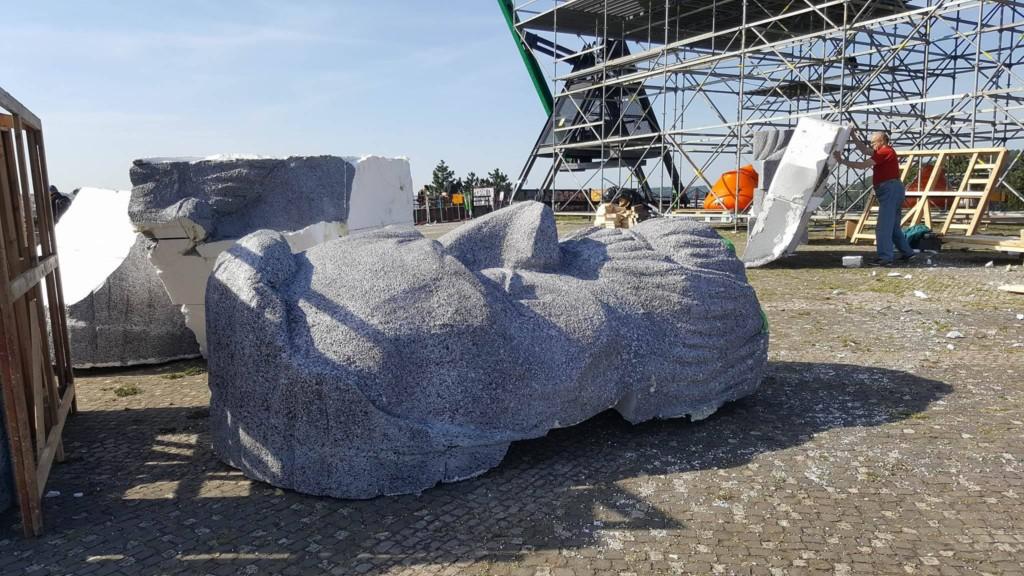 Po natočení záběrů pro film Monstrum byla replika opět rozebrána. Některé kusy polystyrenové sochy byly odvezeny do ateliérů pro další natáčení. - Foto: David Černý - MilujuPrahu.cz