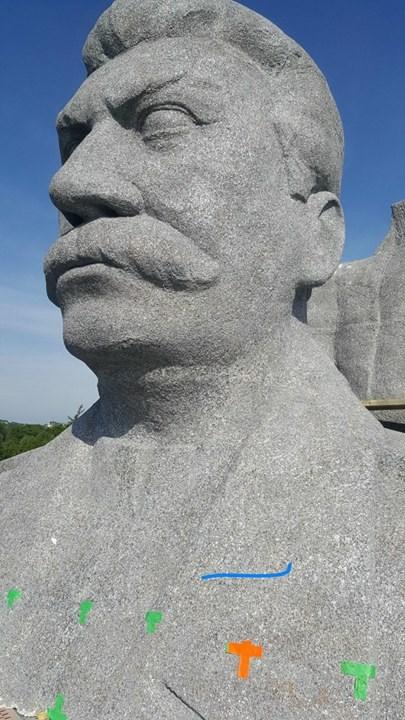 Pohled do obličeje sochy mastového vraha Josefa Stalina - Foto: David Černý - MilujuPrahu.cz