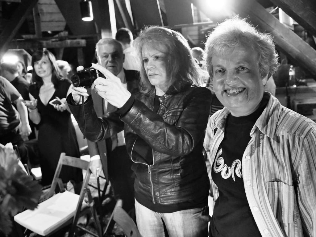 Eva Pilarová a vedoucí Státního úřadu pro jadernou bezpečnost Dana Drábová. Dobročinná aukce pro Klokánek Hostivice - Foto: Eugen Kukla