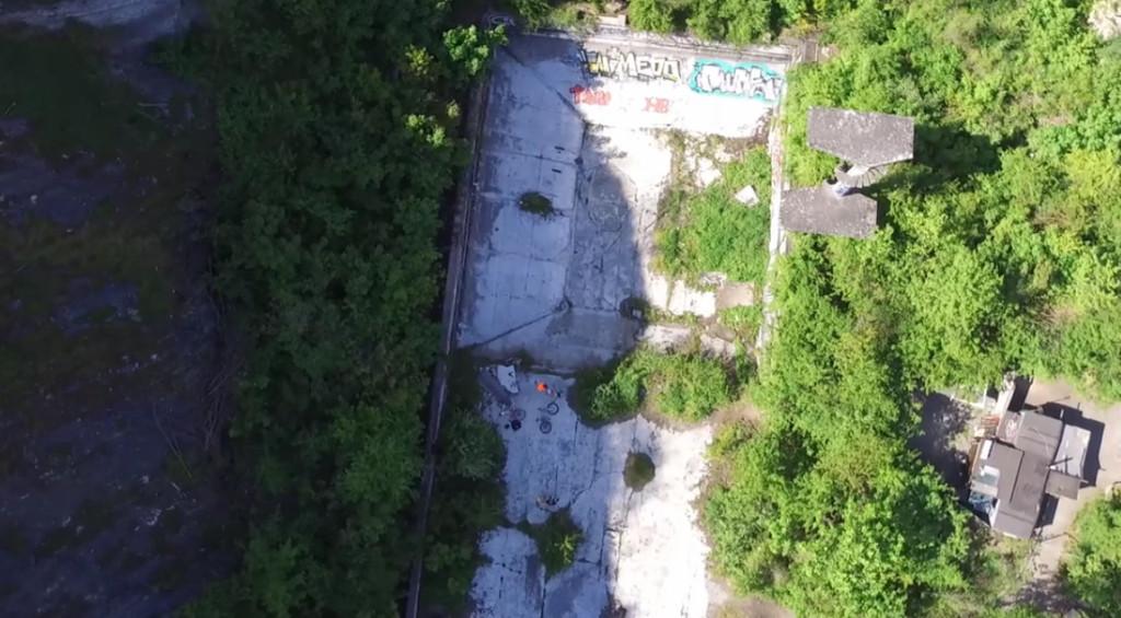 Bazén pod Barrandovem z ptačího pohledu - Foto: Repo z videa přeletu nad Barrandovskou skálou