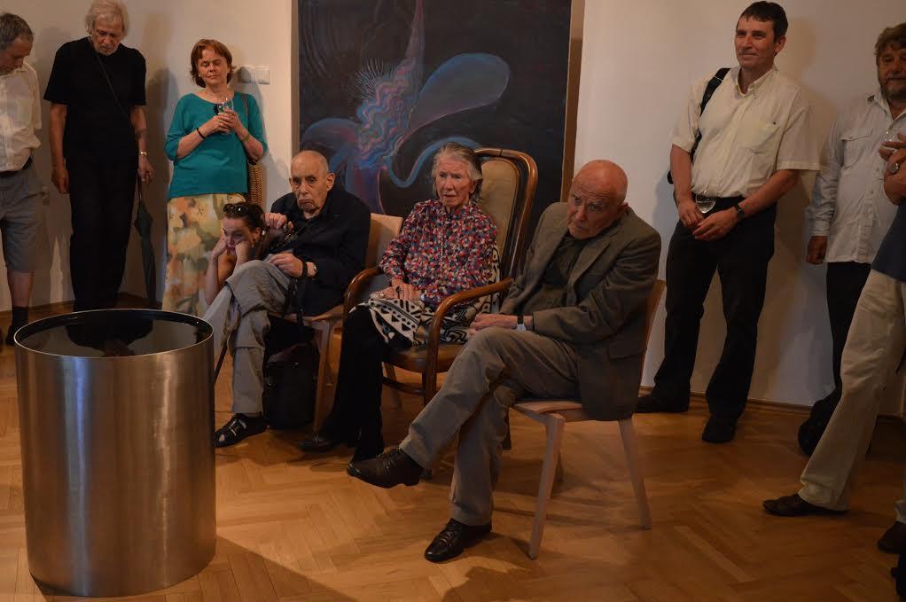 Na snímku ze zahájení výstavy autor Václav Cigler (sedící vpravo) předsvým výtvarným objektem, vedle něj zakladatelka Musea Kampa MedaMládková, vzadu obraz Zdeny Strobachové.