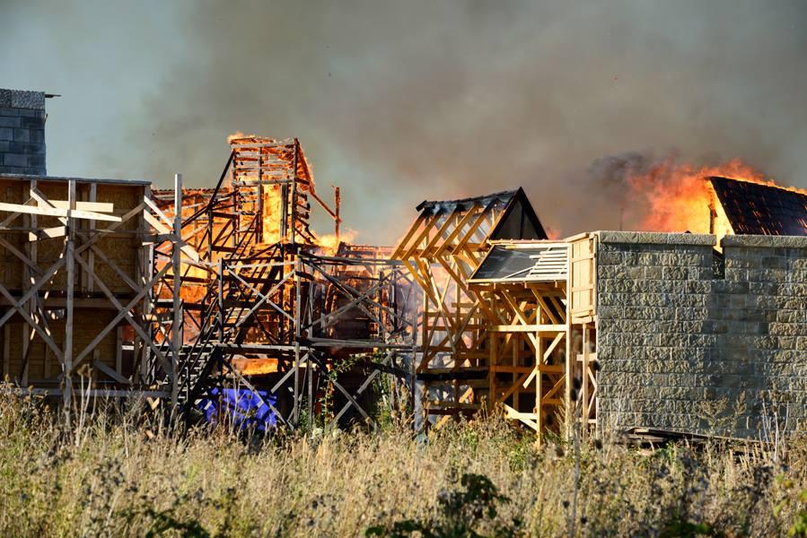 Rozsáhlý požár filmových kulis na pražském Barrandově - Foto: Marek Kijevský