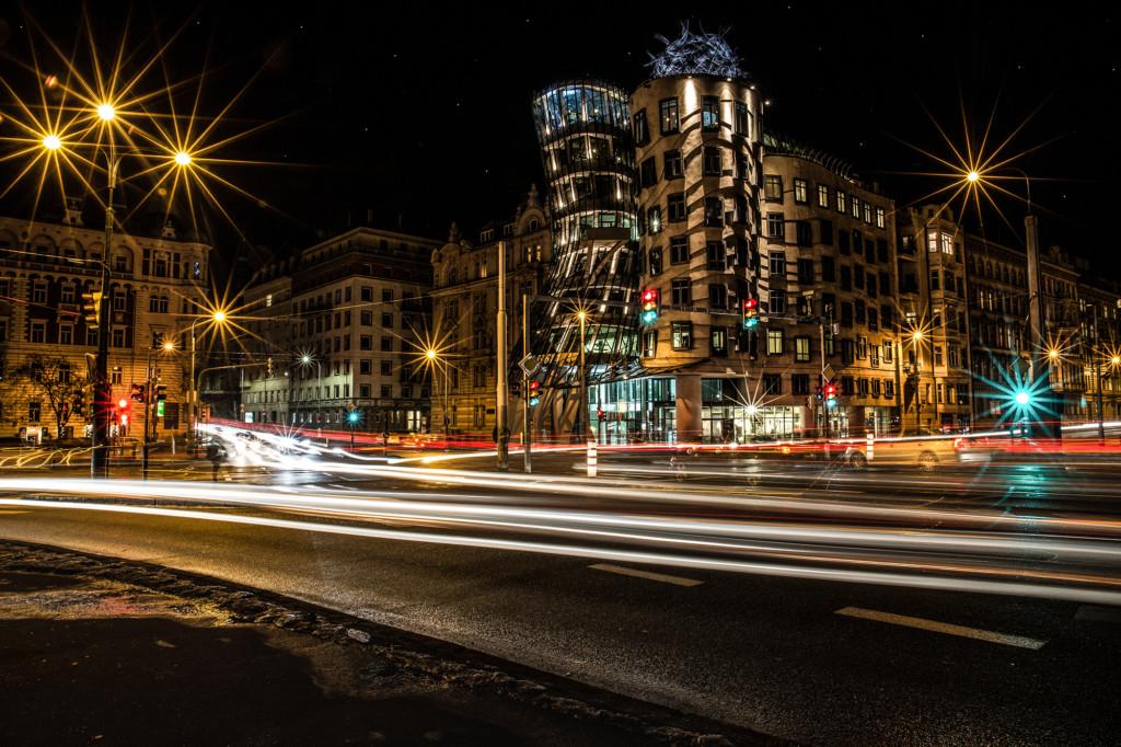 Tančící dům večer někdy opravdu tančí. - Foto: Milan Bachan