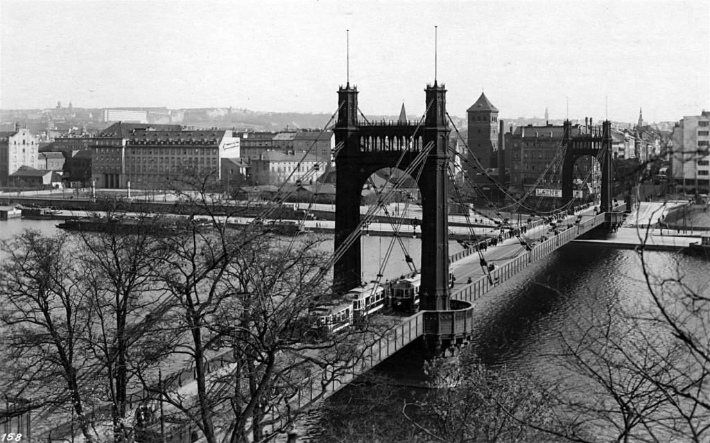 Po mostě jezdily tramvaje. Kolem věží držících řetězy byl na mostě vybudován chodník