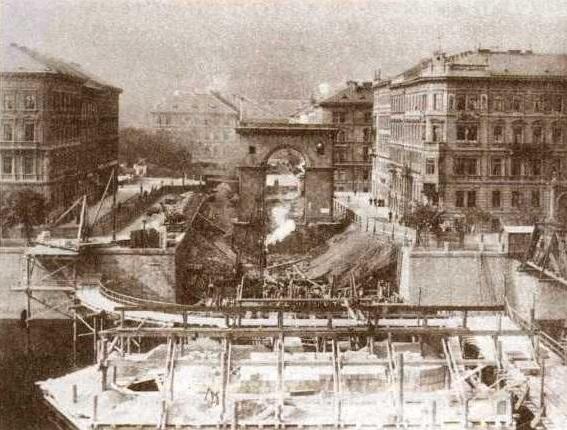 Bourání mostu císaře Františka I. v roce 1898. Pohled na Újezd vpravo je patrná provizorní lávka - Foto: J. Eckert