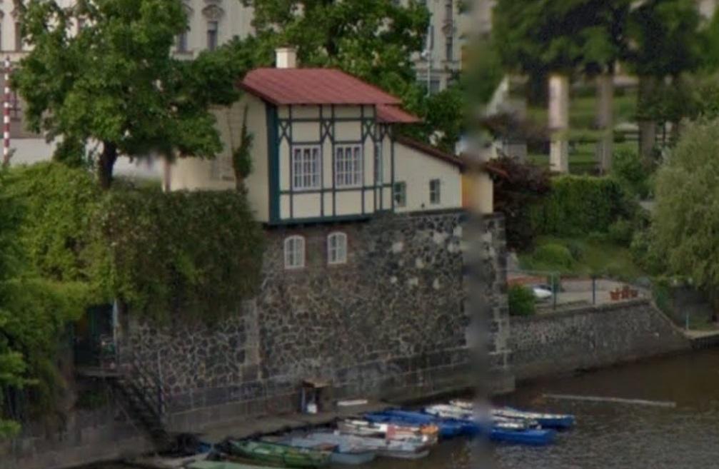 hrazdeny-domek-z-mostu