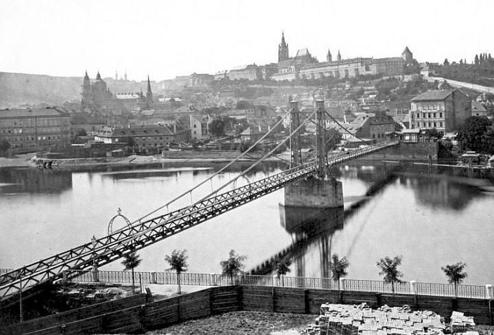 Rudolfova lávka s panoramatem Pražského hradu od fotografa Jindřicha Eckerta
