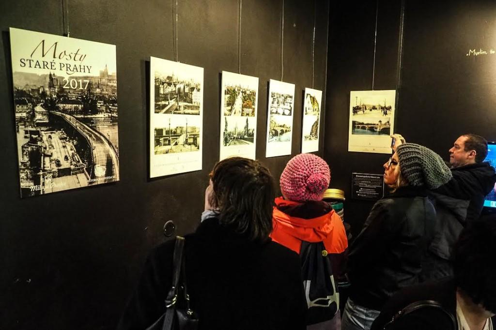 Návštěvníci si prohlížejí výstavu Mosty staré Prahy - Foto. Jakub Liška