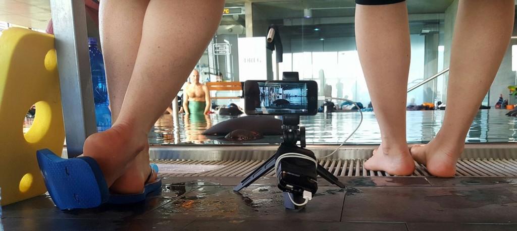 Jedna z kamer iphonů byla umístěna pod lavičkou rozhodčích přímo naproti místu, kde atleti po mnohaminutových zádržích dechu vylézali z vody. Bylo tak možné sledovat jejich bezprostřední reakce. - Foto: David Černý
