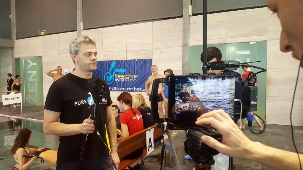 Moderátor Roman Ondrůj dělá živý vstup ze závodů ve Freeidivingu ve vysílání Televize Černá Kukla - Foto: David Černý